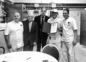 Davide Di Bilio riceve l'attestato dell'associazione Verace Pizza Napoletana