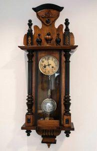 Orologio a pendolo da muro in stile eclettico, fine Ottocento