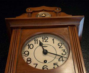 Orologio a pendolo da muro stile liberty, inizio Novecento