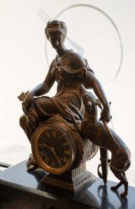Orologio da tavolo in marmo con scultura in bronzo della Dea Diana