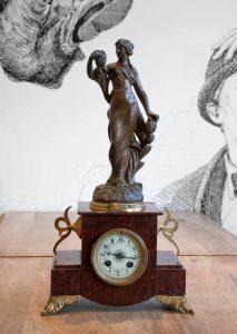 Orologio a pendolo da tavolo con statua di donna, fine Ottocento