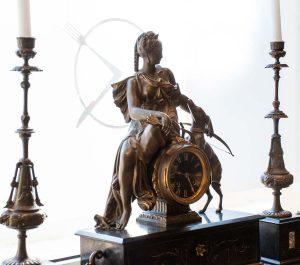Orologio da tavolo in marmo con scultura in bronzo della Dea Diana, fine Ottocento