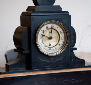 Orologio a pendolo da tavolo in marmo nero, fine Ottocento