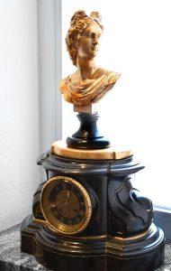 Orologio a pendolo da tavolo in marmo con busto di Apollo