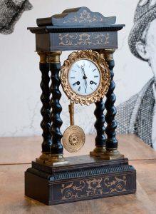 Orologio a pendolo da tavolo a 4 colonne, circa metà ottocento