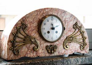 """Orologio a pendolo da camino """"Art Nouveau"""" in marmo rosa, inizio Novecento"""